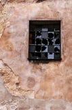 Pared agrietada y ventana quebrada Fotografía de archivo libre de regalías