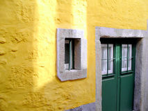 Pared amarilla y puerta verde Imágenes de archivo libres de regalías