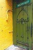 Pared amarilla y puerta verde, callejón del aguacate, Chicago Illinois foto de archivo libre de regalías