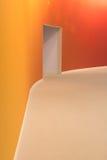 Pared anaranjada y puerta de entrada abierta en un cuarto vacío Fotos de archivo libres de regalías