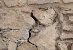 Pared antigua con un fragmento de una columna en ella Imagen de archivo libre de regalías