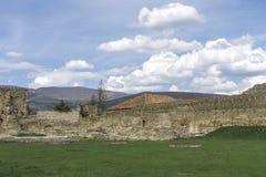 Pared antigua y cielo azul con las nubes Fotografía de archivo libre de regalías