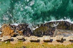 Pared antigua y el mar Imagen de archivo libre de regalías