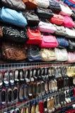 Pared apretada cubierta con los bolsos y los zapatos fotografía de archivo libre de regalías