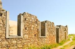 Pared arruinada de una abadía antigua Fotos de archivo libres de regalías