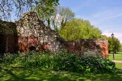 Pared arruinada vieja del ladrillo rojo en el parque en verano, abadía de Waltham, Reino Unido Imágenes de archivo libres de regalías