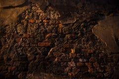 Pared arruinada vieja hecha de diversos ladrillos Foto de archivo libre de regalías