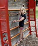 Pared ascendente de la escalada del niño. Foto de archivo