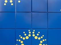 Pared azul brillante con los puntos amarillos fotografía de archivo