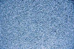 Pared azul de la pequeña grava, casas usadas como fondo imagen de archivo