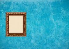Pared azul del estuco de Grunge con el marco vacío Fotos de archivo