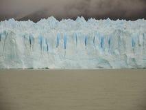 Pared azul del hielo Foto de archivo
