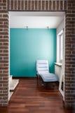 Pared azul en el pasillo de la casa Imágenes de archivo libres de regalías