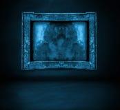 Pared azul marino con el interior del marco y del piso imagen de archivo