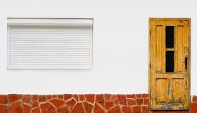 Pared blanca con la puerta y la ventana imagenes de archivo