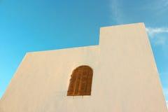 Pared blanca con la ventana semicircular (siesta) Fotos de archivo libres de regalías