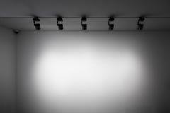 Pared blanca con las luces Imágenes de archivo libres de regalías
