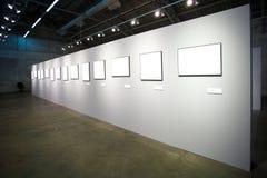 Pared blanca con muchos marcos vacíos Fotografía de archivo libre de regalías