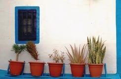 Pared blanca de la casa con la frontera azul imagen de archivo libre de regalías