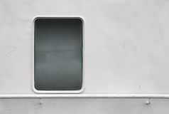 Pared blanca de la nave con la ventana y la barandilla Imágenes de archivo libres de regalías