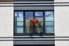 Pared blanca del edificio contemporáneo con el balkon fotos de archivo
