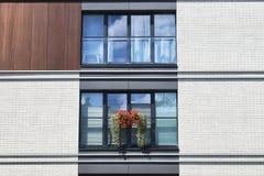 Pared blanca del edificio contemporáneo con el balkon imagen de archivo