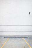 Pared blanca del estacionamiento Imagen de archivo libre de regalías