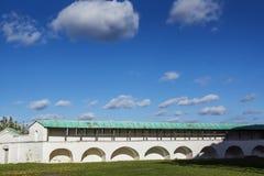 Pared blanca del monasterio contra la perspectiva del cielo azul excelente con las nubes Fotos de archivo libres de regalías