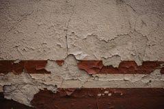 pared blanca, detalle de una raya roja abandonada y que desmenuza de la pared imagenes de archivo