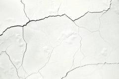 Pared blanca, la superficie concreta con las grietas Foto de archivo libre de regalías