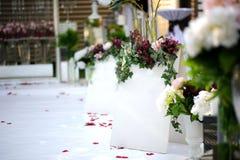 Pared blanca para la inscripción en estilo del vintage de la decoración de la boda imágenes de archivo libres de regalías