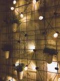 Pared blanca, ventanas negras fotografía de archivo