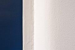 Pared blanca y puerta azul Foto de archivo libre de regalías