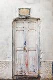 Pared blanca y puerta sucia de madera Fotos de archivo