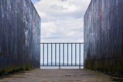 Pared, cerca y mar Imagen de archivo