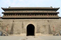 Pared china y puerta de la ciudad antigua en la ciudad de Xian Foto de archivo