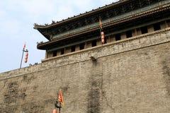 Pared china y puerta de la ciudad antigua en la ciudad de Xian Imágenes de archivo libres de regalías