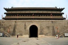 Pared china y puerta de la ciudad antigua en la ciudad de Xian Imagenes de archivo
