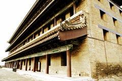 Pared china y puerta de la ciudad antigua en la ciudad de Xian Foto de archivo libre de regalías