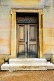 Pared clásica y puerta de madera Foto de archivo libre de regalías