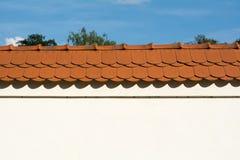 Pared con el tejado rojo fotografía de archivo libre de regalías