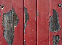 Pared con la pintura roja que forma escamas Foto de archivo libre de regalías