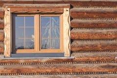 Pared con la ventana de la cabaña de madera de madera moderna en pueblo imagen de archivo libre de regalías