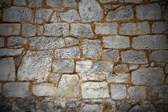 Pared con los bloques de piedra texturizados Imagenes de archivo