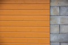 Pared con los bloques del cemento de la parte, revestimiento de madera de madera amarillo de la parte imagen de archivo libre de regalías