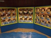 Pared con los paneles y muchos espejos circulares imágenes de archivo libres de regalías