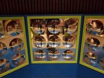 Pared con los paneles y muchos espejos circulares foto de archivo