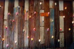 Pared con madera y la vela Imágenes de archivo libres de regalías