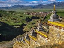 Pared con Stupas y la ciudad distante Fotos de archivo libres de regalías