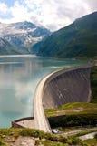Pared concreta de la presa de la central eléctrica de Kaprun imagenes de archivo